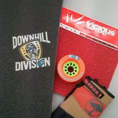 Dowhnill stuff. Pour ceux qui aiment aller vite ! @sector9 @viciousgrip @orangatangwheels @arborskateboards #longboard #longboarding #skateboard #skateboarding #stuff #downhill #freeride #wheels #gloves #board #grippy #grip #orange #red #hawaiisurf #paris