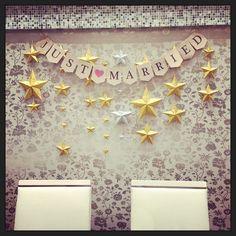 高砂part2 壁にお星様をキラキラ〜笑✨ 前日にプランナーさんがつけてくださりました(*^_^*)✨ 会場内の至る所でこの星たちが活躍しております 一個つくるのにかなり時間かかるけど 頑張ってよかった✨ 手伝ってくれた友達にも感謝です!! #スターウェディング #ウェディングレポ #結婚式当日 #高砂 #高砂席 #星 #ガーランド #ティンバーンスター