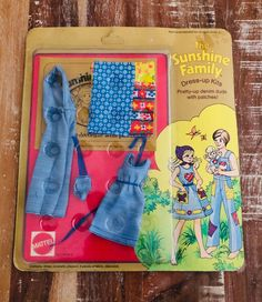 This 1974 Mattel Sunshine Family fashion pack includes a dress for mom Stephie, coveralls for dad Steve, a play suit for baby Sweets along with 3 pieces of fabric and an idea book. Children could decorate the denim with cute patches! #SunshineFamily #BabySweets