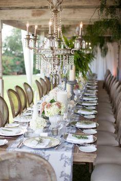 romantische Hochzeit im Garten-rustikales Tisch-Arrangement