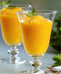 Bubbly mandarin mimosa cocktail recipe made with fresh mandarin juice, champagne or sparkling wine, and orange liqueur. Mimosa Cocktail Recipes, Mandarin Juice, Sorbets, Ice Cream Desserts, Chicken Salad Recipes, Homemade Ice, Food Hacks, Sweet Recipes, Food To Make
