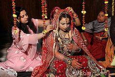hier word een vrouw opgemaakt en versiert voor haar bruiloft