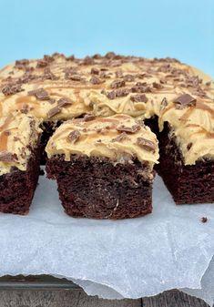 Chokoladekage med karamel creme - Madmusen Cupcake Cakes, Cupcakes, Cheesecake, Deserts, Food Porn, Muffin, Good Food, Dessert Recipes, Sweets