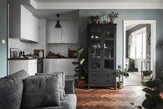 A Small Apartment Decorated In Dark Colors - Gravity Home Interior Design Plants, Small Space Interior Design, Scandinavian Interior Design, Apartment Interior Design, Small Space Living, Small Spaces, Gravity Home, Small Apartment Decorating, Large Furniture