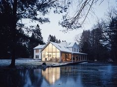 Elegancki dom nad wodą - zdjęcie