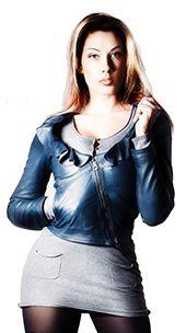 051072ce8d5712 Giacca di pelle da donna color petrolio con ruches. La giacca corta di  pelle è