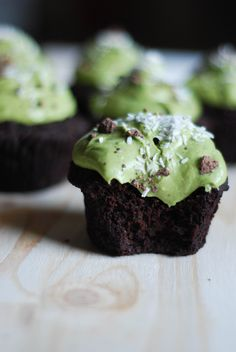 Vegan gluten-free Matcha Chocolate Cupcakes that are super fudgy rich and healthy decadence! Matcha Cupcakes, Vegan Cupcakes, Chocolate Cupcakes, Vegan Cake, Green Tea Dessert, Matcha Dessert, Vegan Sweets, Vegan Desserts, Healthy Desserts
