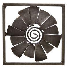 Pewter Pinwheel erinnert mit der markanten Metallspirale in der Mitte an ein lichtdurchflutetes Windrad.