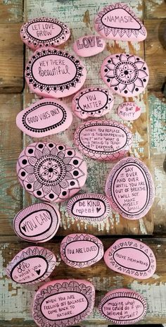 Awesome 52 DIY Painted Rocks With Inspirational Design Ideas http://decoraiso.com/index.php/2018/04/26/52-diy-painted-rocks-with-inspirational-design-ideas/