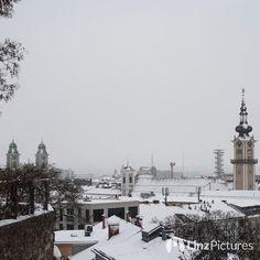 #schnee in #linz  . . . . #snow #citylife #winter #blizzard #instaweather #wetter #igerslinz #landscape #cold #winterwonderland  #altstadt #view #fromwhereistand  #wels #steyr #outdoor #downtown #white #linzer #roofing #deko