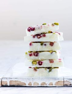 This colourful and healthier Pistachio and Pomegranate Frozen Yogurt Bark is an easy to make yogurt snack or dessert that the whole family will love. It needs only 4 common ingredients and a few mins to make. Fudge Recipes, Chocolate Recipes, Dessert Recipes, Xmas Recipes, Ww Recipes, Yogurt Bark Recipe, Yogurt Recipes, Christmas Desserts Easy, Xmas Food