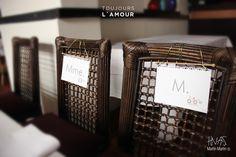 Carteles Mme. et M. para las sillas de los novios!