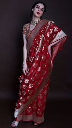 A modern twist to traditional Panetar sarees, available exclusively at KALKI! WhatsApp us for Purchase & Inquiry : Buy Best Desi Indian Bridal Outfits, Indian Bridal Fashion, Indian Bridal Wear, Indian Designer Outfits, Indian Wear, Trendy Sarees, Stylish Sarees, Wedding Saree Collection, Sari Dress