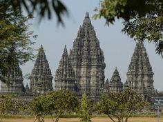 """Prambanan is het grootste Hindoe-Javaanse tempelcomplex in Indonesië. Prambanan betekent: """"veel priesters"""". In de reliëfs worden ze afgebeeld met een lange baard. De Prambanan ligt op Centraal-Java, ongeveer 18 km ten oosten van Jogjakarta, aan de weg naar Solo."""