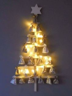 Adventní kalendář Christmas Tree Advent Calendar, Advent Calenders, Xmas, Christmas Ornaments, Diy And Crafts, Ceiling Lights, How To Make, Wooden Tree, Tips And Tricks