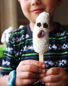 Here are 25 last-minute gluten-free Halloween treats for kids of all ages to enjoy! Some are ghoulish and some are just plain cute without the scare. Halloween Desserts, Halloween Treats For Kids, Halloween Appetizers, Halloween Drinks, Halloween Party, Halloween Goodies, Halloween 2014, Holiday Snacks, Holiday Ideas