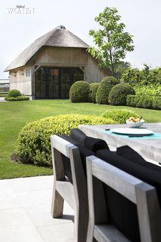 Stijlvol Wonen: het magazine voor warm-hedendaags wonen - ontwerp: Oscar V - fotografie: Sarah Van Hove #outdoor #tuin #terras #tuinset #tafel #stoelen #bijgebouw #eik #buxus