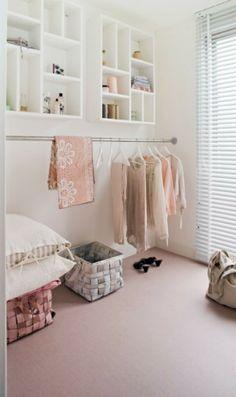 Letterbakken voor kleine spulletjes als sierraden, parfum, steigerbuizen voor de hangers. Steigerbuizen onder plaatsen 2x met hierbovenop een plank voor schoenen.,