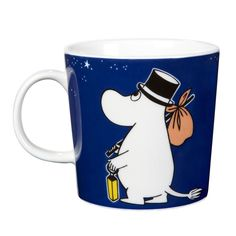 Moominpappa mug (launched 2014) features illustrations by Tove Slotte-Elevant and it shows the adventurous Moominpappa sailing. Vuoden 2014 Muumipappa-mukissa on Tove Slotte-Elevantin kuvitus, jossa Muumipappa purjehtii. Muminpappa muggen från 2014 är tecknad av Tove Slotte-Elevant, med äventyrliga Muminpappan som seglar.