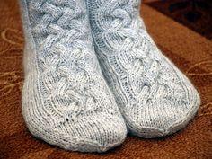 Olemme tyttäreni kanssa etsineet sitä ihanaa palmikkosukkamallia paksuhkolle langalle jo jonkin aikaa. Lauantaina hain pinon käsityölehtiä... Villa, Slippers, Socks, Fashion, Moda, Fashion Styles, Slipper, Sock, Stockings