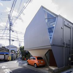 Reflection of Mineral by Atelier Tekuto (Tokyo, Japan). Because of its particular form, the house changes depending on the position of the visitor and the light. Minimalist Architecture, Japanese Architecture, House Architecture, Small Buildings, Amazing Buildings, Tiny House, Small House Exteriors, Pole House, Design Thinking