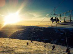 Sonnenuntergangs-Skifahren im Skigebiet Mountains, Nature, Travel, Ski Trips, Ski, Sunset, Voyage, Viajes, Traveling
