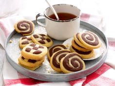 Die Kekse mit Schachbrettmuster sind ein Klassiker der Weihnachtsbäckerei. Wir zeigen, wie Schwarz-Weiß-Gebäck gelingt. So schwierig ist das nämlich gar nicht!
