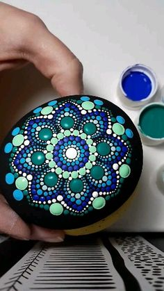 Step-by-step mandala painting video, pointillism tools required Stone Art Painting, Dot Art Painting, Pebble Painting, Dot Painting On Rocks, Mandela Rock Painting, Dot Painting Tools, Mandala Art Lesson, Mandala Drawing, Mandala Painting