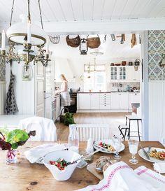 Arbets- och matsalsdel möts i en bred öppning, som pyntats med vackra bruksföremål. Gunilla är road av odling och lagar gärna till måltider av grönsaker från trädgården. Mjölken köps av en granne som håller kor för självhushållning. Oljelampan ovanför matbordet är arvegods.