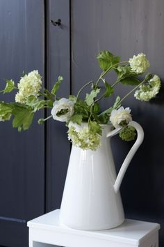 white flowers in vase woonstijl. Beautiful Bouquet Of Flowers, Home Flowers, Simple Flowers, White Flower Arrangements, Farm House Colors, Rustic Style, Flower Power, Planting Flowers, Floral Design