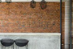 muri bar: contatore discoteca di cemento con sgabello sedile e sfondo muro di mattoni