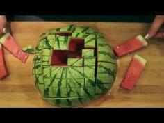 Melonen schneiden leicht gemacht: Wie man eine Wassermelone in mundgerechte Portionen schneidet und diese dann auch noch super mit seinen Freunden teilen kan...