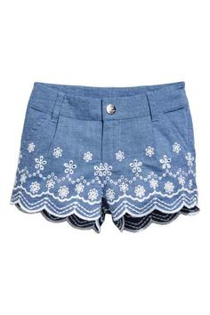 Cotton chambray shorts with eyelet embroidery on legs. Zip fly with snap fastener. Side pockets and welt back pockets. Bermuda Jeans Infantil, Como Fazer Short, Casual Wear, Casual Shorts, Shabby Chic Outfits, City Shorts, Girl Outfits, Fashion Outfits, Chor