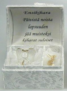 12,90€/kpl + toimituskulut. www.urielkorut.com  Ihana Ensikihararasia. Laadukas ja kaunis lahja! 22 karaatin kultauksin koristeltu lasinen enkeli kankaalla päällystetyssä aarrearkkurasiassa, jossa paikka ensikiharalle.   Kannen sisäpinnassa runo:   Päivistä noista  lapsuuden  jää muistoksi  kiharat suloiset.