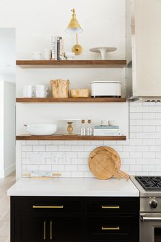 dark lowers, white subway tile with light grout, open floating shelves - Kitchen Styling Home Decor Kitchen, New Kitchen, Home Kitchens, Kitchen Dining, Brass Kitchen, Kitchen Ideas, Room Kitchen, Kitchen White, Kitchen Modern