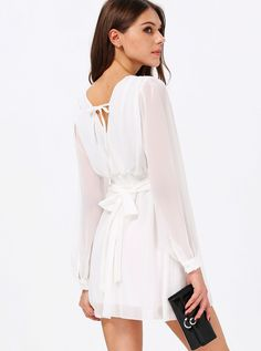Weißes Langarm-V-Ausschnitt-Kleid mit Gürtel  23.38