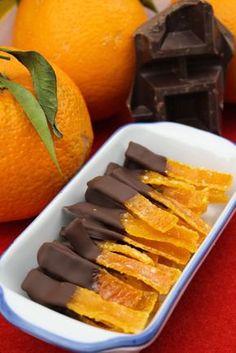Scorze di arancia candite Quante arance mangiate durante l'inverno? Tantissime, vero? E non vi dispiace nemmeno un pochino buttare le bucce, con tutto il p