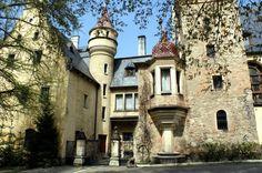 Historia zamku w Sobótce Górce rozpoczyna się w XII w. Wtedy powstała w tym miejscu pierwsza kaplica przeznaczona dla augustianów, przebudowana potem na kościół parafialny. W 3 ćwierci XIX w. ówczesny zespół poklasztorny w Sobótce Górce został przebudowany na neorenesansową rezydencję wg projektu architekta wrocławskiego, Wilhelma Rheniusa. Obecnie znajduje się w nim hotel i restauracja.