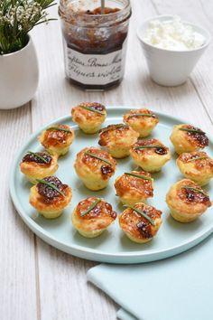 Ingrédients pour 36 pièces – 240 g de farine – 3 oeufs – 1/2 chèvre frais (100 g) – 1 yaourt – 10 cl d'huile d'olive – 120 g de buche de chèvre Saint…