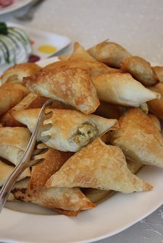 Kremalı patlıcanlı muska börek Beignets, Ramadan Desserts, Happy Cook, Food Porn, Savory Pastry, Salty Foods, Greek Cooking, Recipe Mix, Turkish Recipes