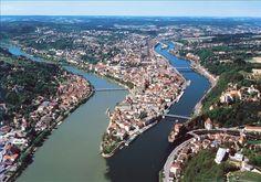 Passau, ville sur le Danube bleu, l'Inn vert et l'Ilz noire.  Passau se trouve au sud-est de l'Allemagne à la frontière autrichienne. Située au confluent du Danube, de l'Inn et de l'Ilz, Passau porte dans le monde entier le surnom de « Ville aux trois rivières »