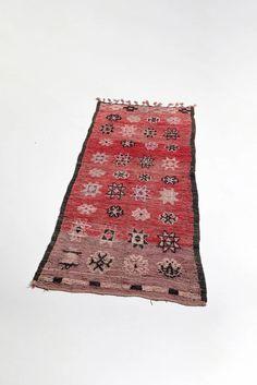 vintage moroccan rug with tribal designs - red tassel runner carpet Geometric Designs, Tribal Designs, Boho Trends, Tribal Patterns, Berber Rug, Deco, Handmade Rugs, Vintage Rugs, Bohemian Rug