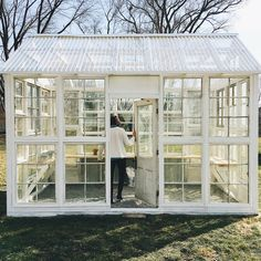How to Turn Old Windows Into a Greenhouse – The garden! plans old windows How to Turn Old Windows Into a Greenhouse Diy Greenhouse Plans, Backyard Greenhouse, Large Greenhouse, Greenhouse Wedding, Old Window Greenhouse, Pallet Greenhouse, Homemade Greenhouse, Greenhouse Film, Greenhouse Heaters