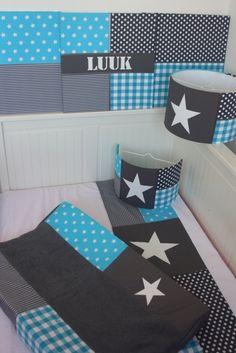 Set babykamer in grijs - turquoise: lampenkap, aankleedkussenhoes, lakentje, wandlamp en stoffen schilderijen. Gemaakt naar jouw wensen door het Koningshuisje