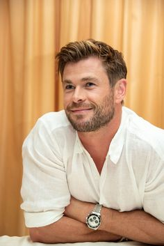 Chris Hemsworth frisuren männer Chris Hemsworth Made It Okay To Admit That You Secretly Love Linen Beard Styles For Men, Hair And Beard Styles, Short Hair Styles, Men Hair Styles, Chris Hemsworth Thor, Hemsworth Brothers, Man Thing Marvel, Haircuts For Men, Men's Haircuts