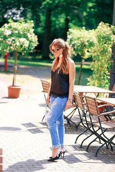Ein Casual and super schicker  Streetstylelook. Weitere Daily Looks findet ihr auf meinem Fashionblog. Ripped Jeans : zara // Seiden-Top mit Spitze : H&M // look a like Black Jadior Schuhe : Jessica buurman //weiße mini Bag : Furla // Schwarze Hängeohrringe : H&M