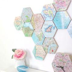 Um conjunto de hexágonos estampados com mapas combina com uma peça, quase igual, que funciona como relógio.