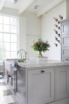 Shared by www. Cosy Kitchen, Green Kitchen, Kitchen Pantry, New Kitchen, Kitchen Storage, Kitchen Dining, Kitchen Decor, Cottage Kitchens, Home Kitchens