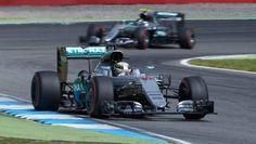 Llega la hora de la verdad en el Mundial de Fórmula 1, que vive este fin de semana la última carrera del calendario con la pelea entre Nico Rosberg y Lewis Hamilton, ¿quién se coronará campeón de 2016?EnRocambola te explicamos cómo y dónde ver online en directo el GP de Abu Dhabi de F1 2016en Internet.Solo doce puntos separan a los dos pilotos de Mercedes ante de la cita de...
