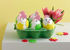 Wer schaut denn da aus seinem Nestchen? Die herzigen Hühnchen aus gekochten Eiern sehen nicht nur gut aus, sondern lassen sich auch noch vernaschen. #Basteln #Wackelaugen #Küken #Eier #Ostern